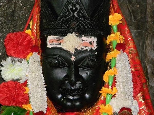 ఉదయంపూట బాలికగా సాయంత్రం సమయంలో వృద్ధ స్త్రీ రూపంలోనూ మారుతూవుండే దేవీ విగ్రహం ఎక్కడ వుందో తె