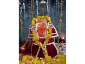 హనుమంతుని విగ్రహం తలకిందులుగా ఉన్న ఆలయం !