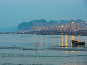 అలహాబాద్ లో గంగ,యమున,సరస్వతి సంగమం, శయనస్థితిలో హనుమాన్ ను చూడటానికి రెండు కళ్ళు చాలవు