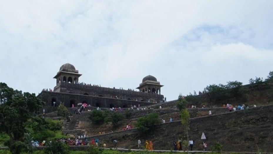 అక్బర్ కామాగ్నికి బలి అయిన మాళ్వా సంగీతకారిణి రూపమతి ప్యాలెస్